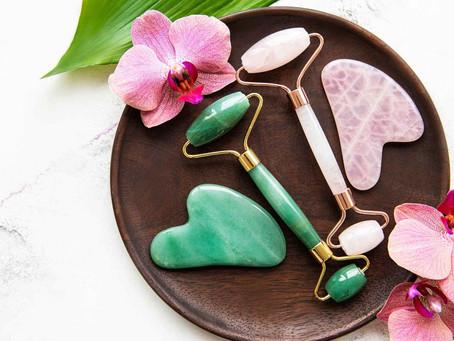 Odmładzający masaż twarzy wałkiem z kamieni mineralnych. Jaki roller wybrać - kwarc czy jadeit ?