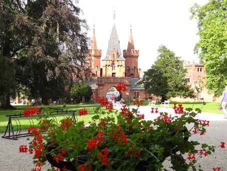 Hradec nad Moravici - porośnięty dzikim winem bajkowy zamek z imponującą kolekcją wieżyczek