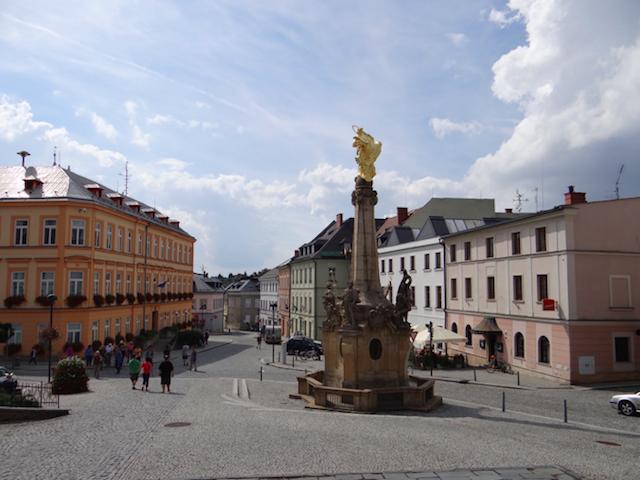 Rynek miejski, przed klasztorem zabytkowa kolumna