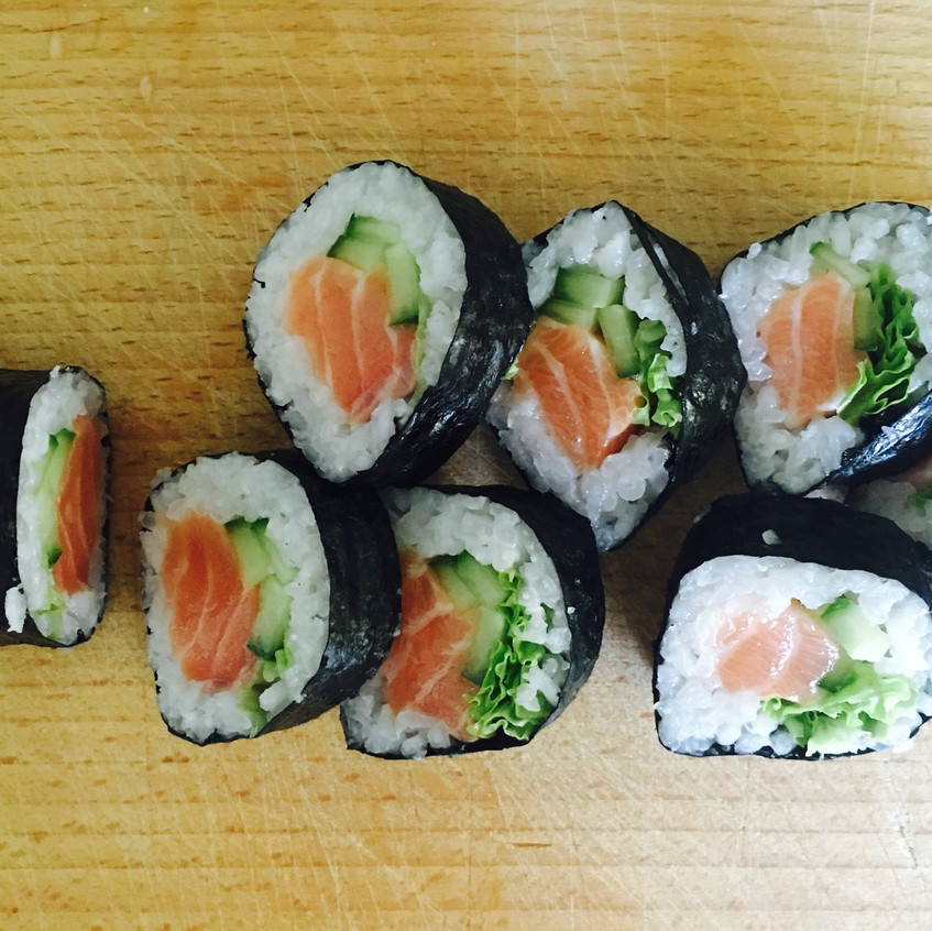 w łososiem, ogórkiem, awokado i salatą