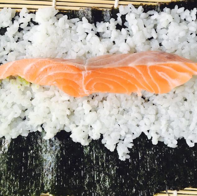 Układamy rybę i według uznania inne przygotowane składniki