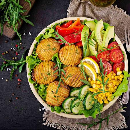 Buddha Bowl z pieczonym ziemniakiem. Proste obiadowe danie wegetariańskie.