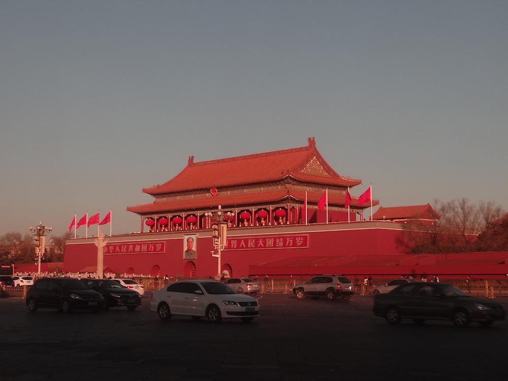 Pekin Plac Tiananmen spowity gęstym smogiem