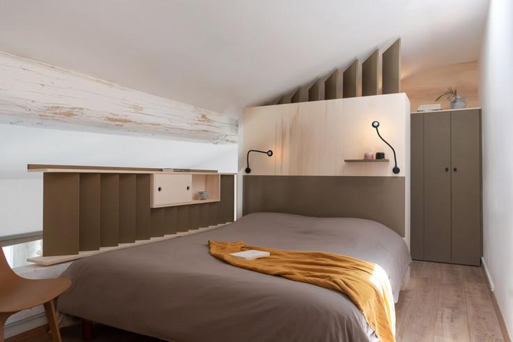 Agencement sur mesure d'une chambre à coucher avec dressing en soupente
