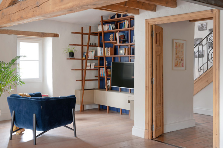 Un aménagement soigné d'une bibliotèque et d'un meuble TV combinés