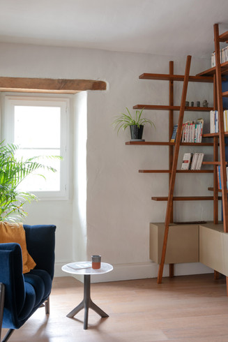 Des étagères suspendues pour ne pas alourdir le mur et préserver la clarté