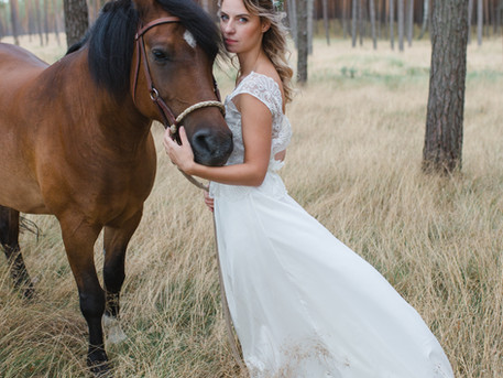 Mit Braut & Pferd im Wald