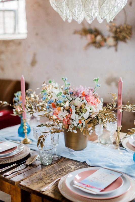 hochzeitstisch Dekoration in gold rosa blau , berlin Hochzeit , styleshooting