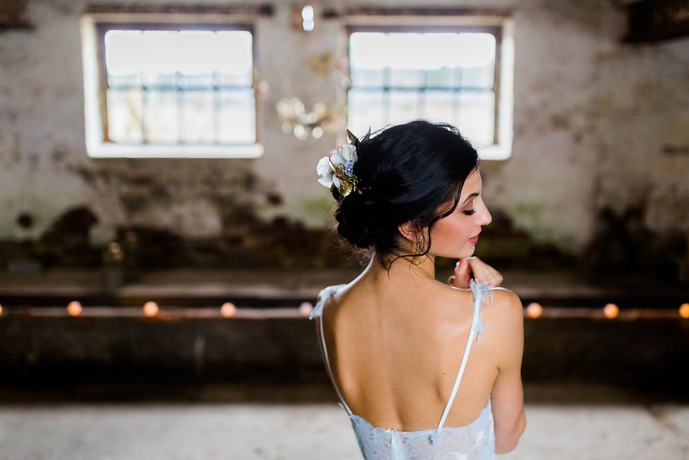 Hochzeit Berlin , Hochzeit Inspiration in blau gold , brautstyling in Deutschland , brautmakeup , Blumen im haar , Brautfrisur mit Blumenkranz