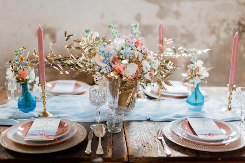 hochzeitstisch Dekoration in gold rosa blau , berlin Hochzeit , styleshooting , brautstrauss , blumen , deko wedding