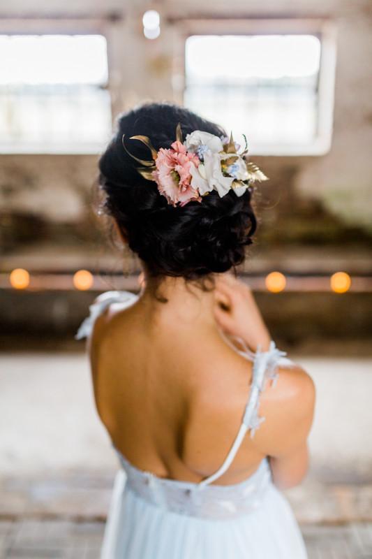 Blumen im haar , updo brautfrisur , bridalhair , brautfrisuren , kopflegenden , Hochzeit Berlin , Hochzeit Inspiration in blau gold , brautstyling in Deutschland , brautmakeup