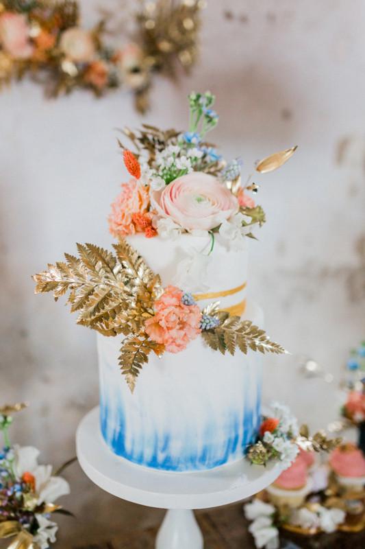 Hochzeitstorte blau und gold , hochzeitstisch Dekoration in gold rosa blau , berlin Hochzeit , styleshooting , brautstrauss , blumen , deko wedding