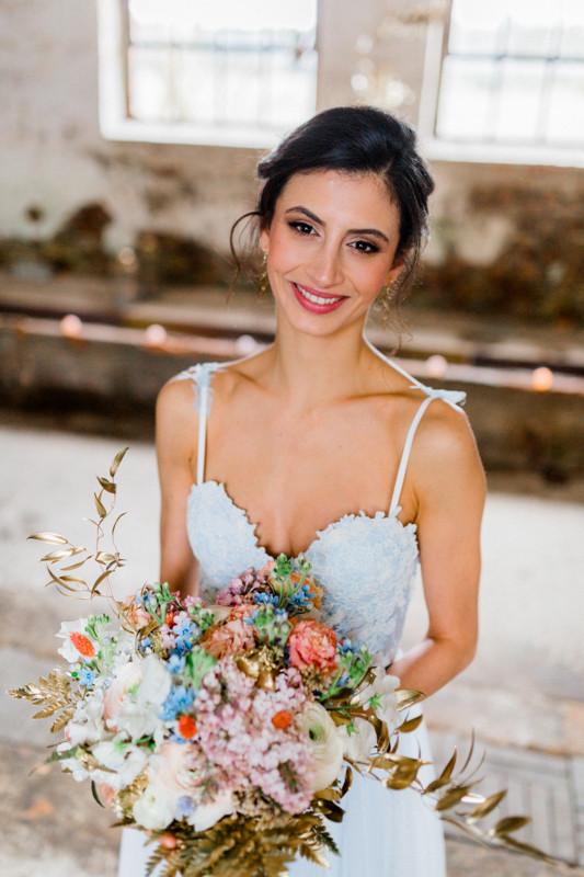 Hochzeit Berlin , Hochzeit Inspiration in blau gold , brautstyling in Deutschland , brautmakeup, Brautstrauß von kopflegednden,