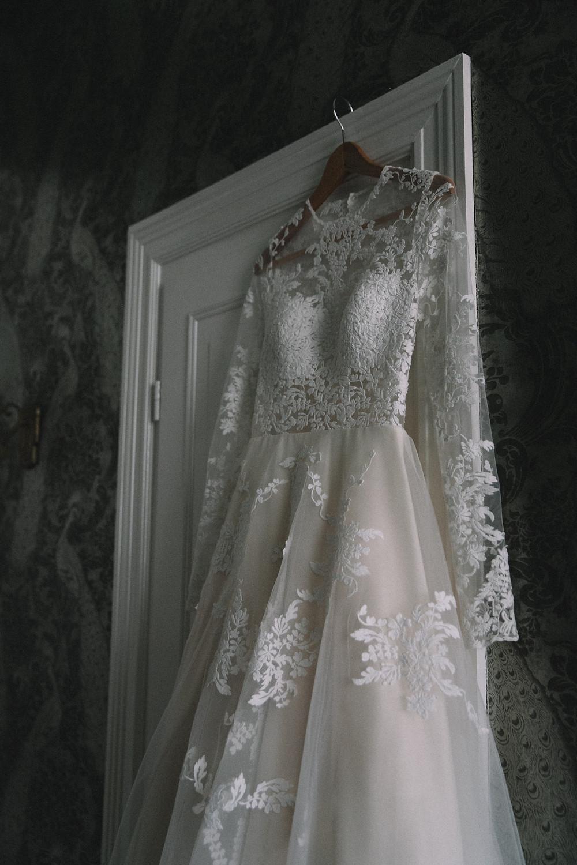 Hochzeitskleid , qaragma , Spitze und Tüll , Getting Ready , Brautstyling , Braut Look , Wedding , Hochzeit Berlin , Henri Hotel