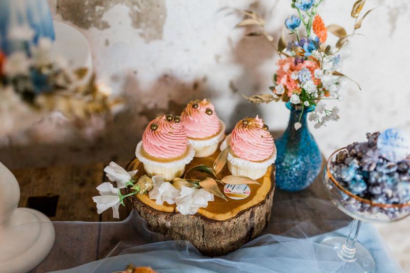 Candy bar Hochzeit , farbiges Popcorn , hochzeitstisch Dekoration in gold rosa blau , berlin Hochzeit , styleshooting , brautstrauss , blumen , deko wedding