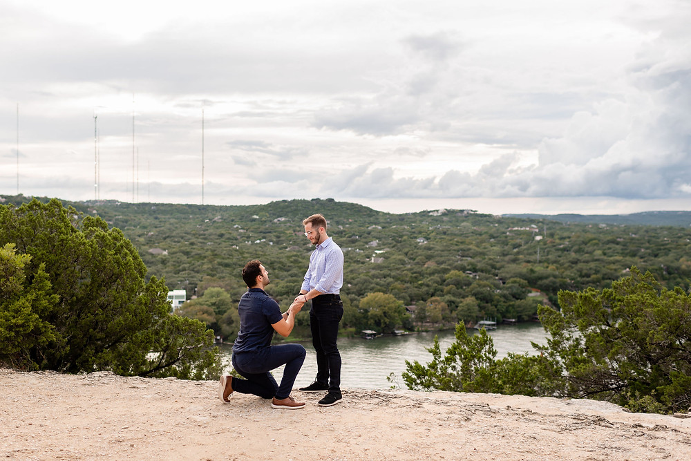 man proposing at mount bonnell