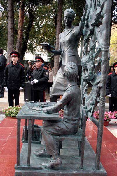 Памятник учительнице г. Томск
