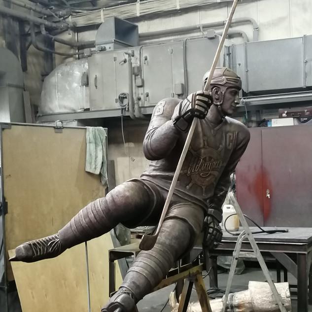 Памятник хоккеисту