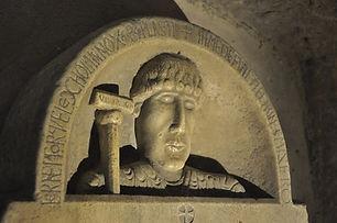 1599px-Dalle_funeraire_de_l'abbé_Isarn_