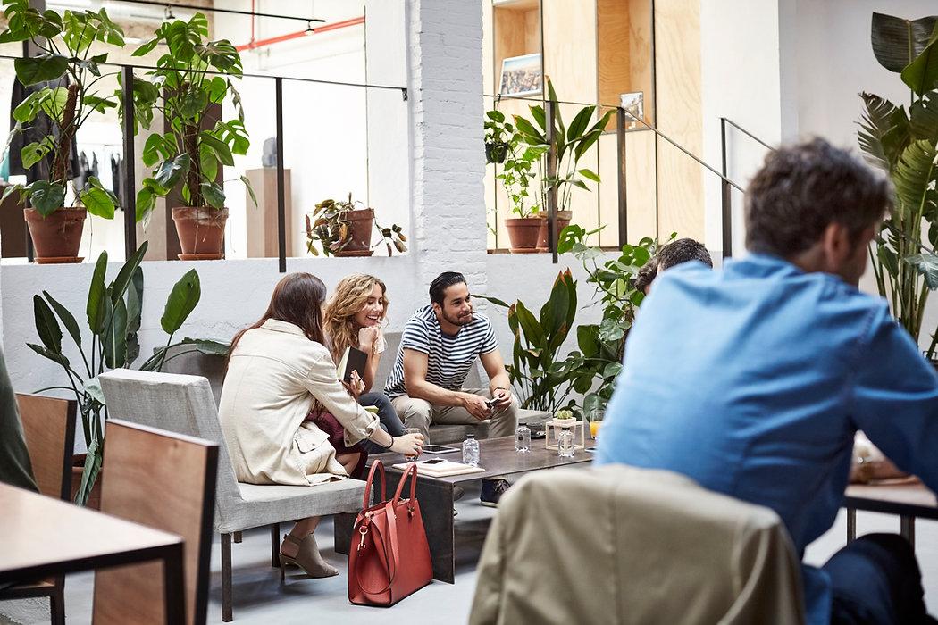 Gente de negocios en un lobby
