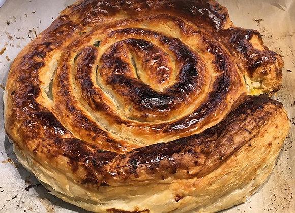 שבלול בצק עלים (חמאה) במילוי בשר, עשבי תיבול וצנוברים / קוטר 26 סמ