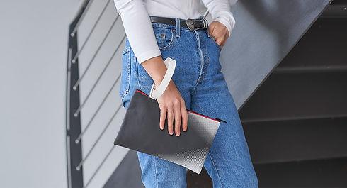 Perpetua g_case è creativo, dotato di una fascia che si trasforma in un manico. Graphic design by Marta Giardini