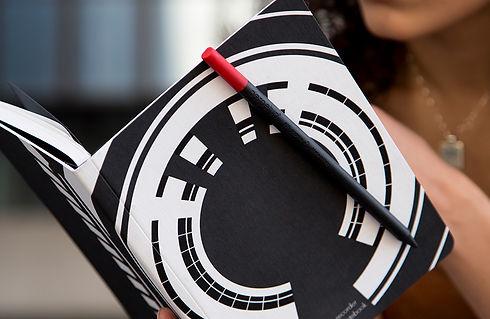 Perpetua recorder the magnetic notebook è sostenibile ed ecologico. Interni 100% carta riciclata. Inchiostri a base di soia. Copertina in Ecophilosophy certificata FS-CW