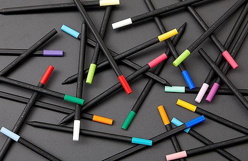 Perpetua la matita ha un lato piatto menzione d'onore al compasso d'oro. Design Marta Giardini.
