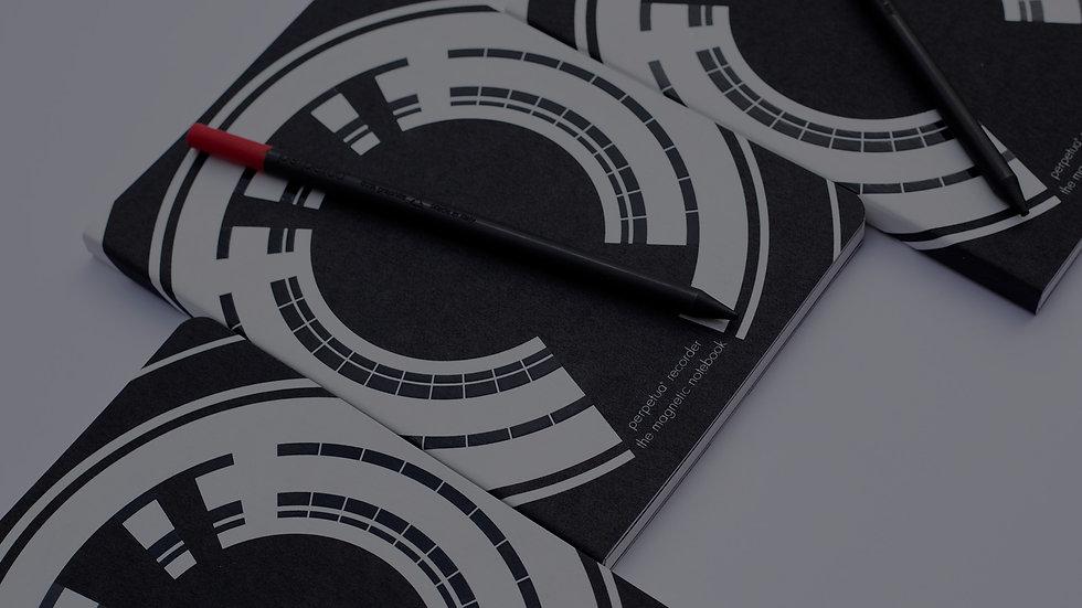 grafite e acciaio riscrivono le leggi dell'attrazione. Perpetua recorder the magnetic notebook attrae magneticamente Perpetua la matita