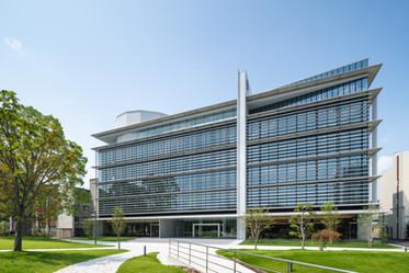 建設地:千葉県 用 途:大学 構 造:鉄骨造、免震構造