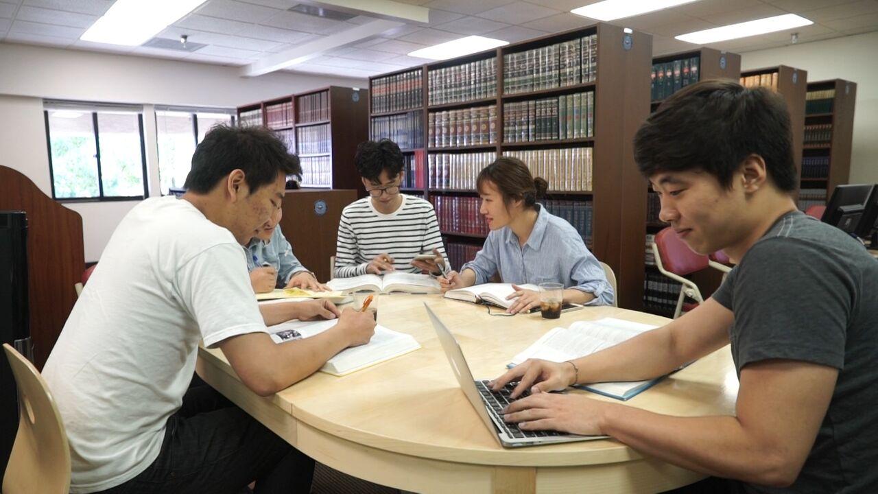 학생들의 도서관 이용 모습.jpg