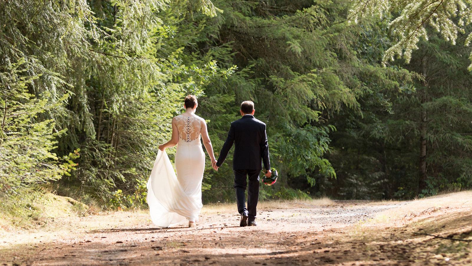 couple-mariage-foret-seancedecouple-arbres-forêt