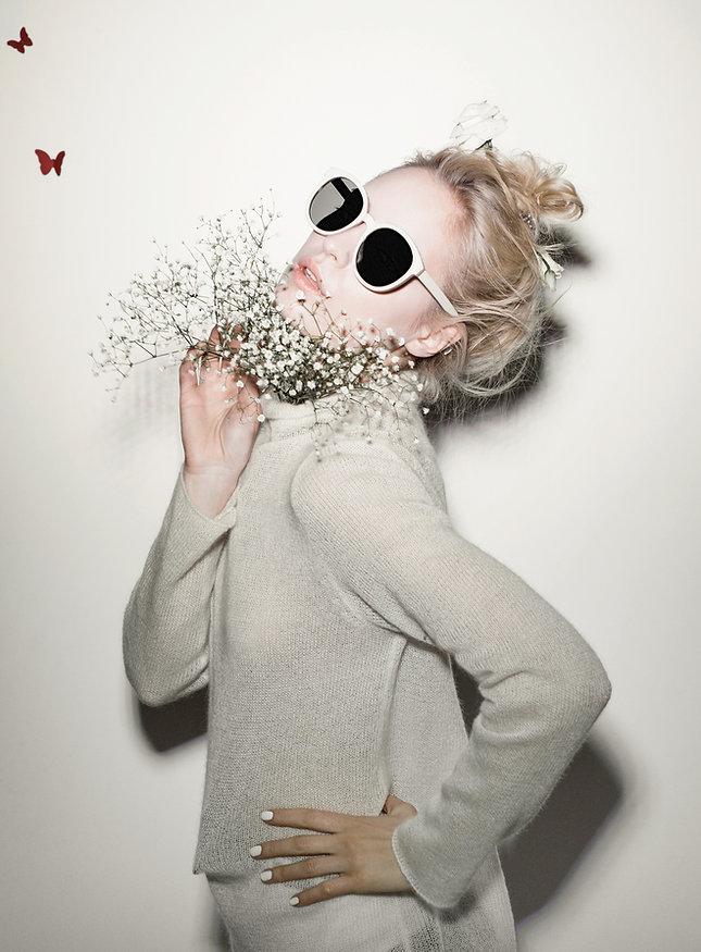 Modello con i fiori bianchi