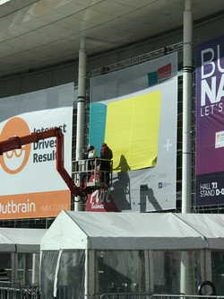 LED-Screen mit Riesenposter