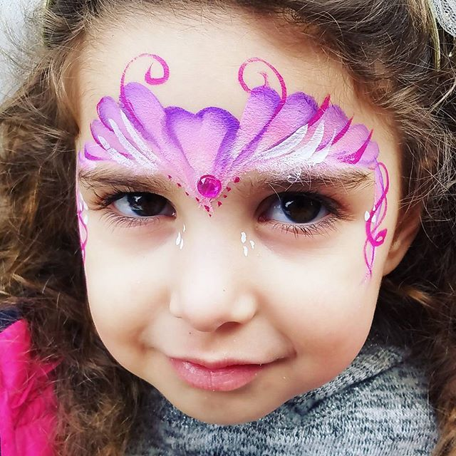 This is one on my quick design for princesses using a split cake _#princesscrown #princessfacepainti