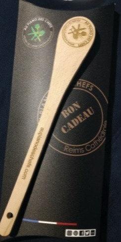 Pour vos BONS CADEAUX un étui et spatule en hêtre gravée AU PIANO DES CHEF