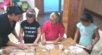 kids decorating whit fondant