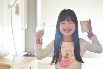 コップと歯ブラシを持った女の子