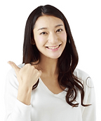笑顔でグーサインする女性