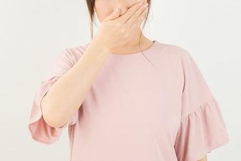 鼻を塞ぐ女性