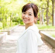 笑顔で振り向く女性