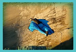 スカイダイビングをしている女性