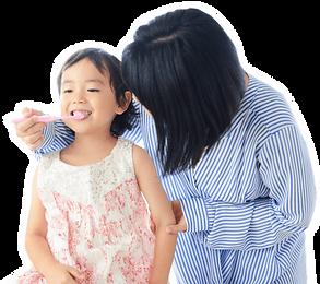 仕上げの歯磨きをするお母さんと子供