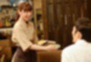 料理を配膳する女性