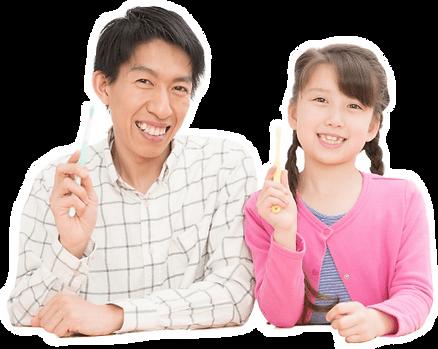 歯ブラシを持つ女の子とお父さん