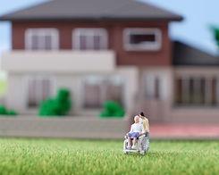 家と車椅子に乗った男性の模型