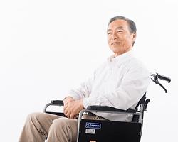 車椅子に乗った男性