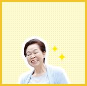 笑顔の年配の女性