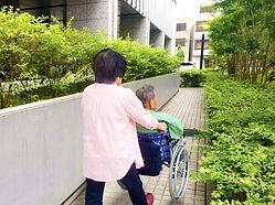 車椅子に乗る男性とおす女性