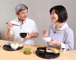 男性と女性の食事風景